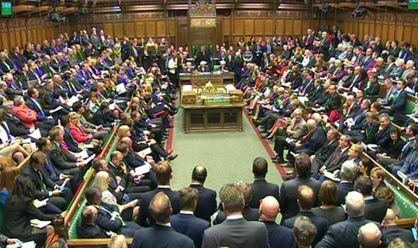 عمان اليوم - نائب بريطانية تحمل رضيعها على صدرها خلال جلسة للبرلمان البريطاني